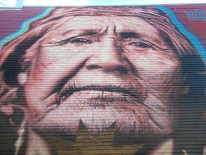 Un capteur de rêves, des fresques aux visages envoûtants, un pochoir sur un mur...  la richesse et la persécution d'une civilisation en condensé.