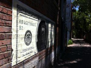 Des énormes dollars et un yuan G. Knight repérés lors d'une flânerie dans le quartier du Plateau  et dans plusieurs ruelles du Mile-End.