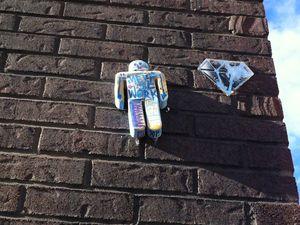Repéré en 2015, ce totem de Tarek se retrouve au côté d'une œuvre du Diamantaire.