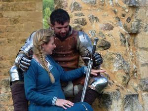 Seigneurs et chevaliers jouissent d'un repos bien mérité après la bataille