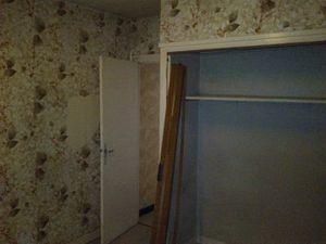 Les chambres, avec leur papier d'origine assez affreux, et de vieilles fenêtres qui laissent passer l'air. Toutes ont de la moquette, collée(!) sur le parquet d'origine.