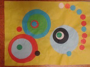 Collage de ronds en papier de couleur, d'après l'oeuvre de Sonia Delaunay