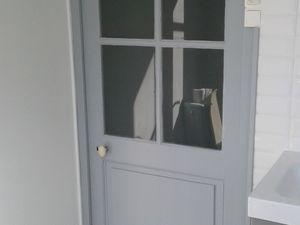 Le tablier de la baignoire et sa trappe presque qu'invisible et porte sont en gris