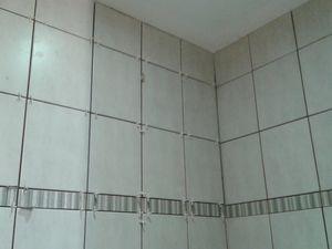 Une faïence gris clair avec listel à été choisi, pour la douche eu un pan de mur coté meuble sdb.