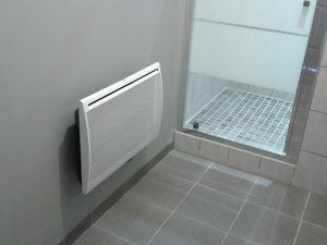 Du carrelage gris anthracite au sol, plus clair au mur et menuiserie.