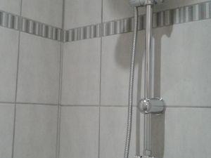 Finitions avec le kit de douche, porte de douche alu brossé et sérigraphié, appareillages électrique et plomberie en attente .....