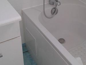 Remise en place du meuble et sa vasque, pose du tablier faïencé, et joints sanitaires..