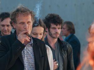 (Charles Berling a le cigare / Gaspard Ulliel en pleine discussion avec Edgar Ramirez)