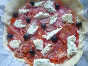 tarte tomates, chorizo serrano,fromage frais de chèvre et gorgonzola