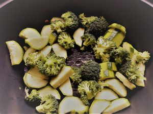 brochettes de poulet lardé,légumes vapeur,sauce tomates cerise et lard