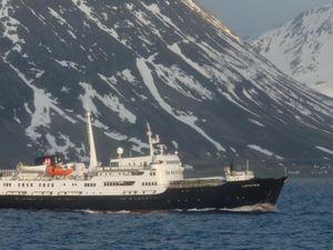 MS Lofoten. Skjervøy et sa ferme à saumons.