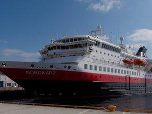 MS Nordkapp manoeuvre pour accoster sur babord où il peut charger/décharger la cargaison. Démonstration de préparation de la morue pour sèchage