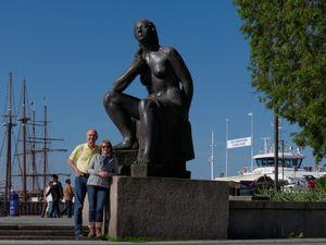 Retour vers le centre ville et quelques vues depuis le port. D'autres statues y compris transportées. L'Opéra en bord de mer