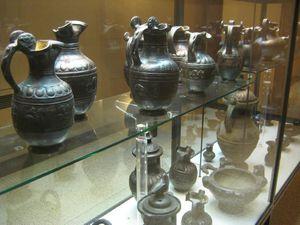Magnifique collection de vases en bucchero du musée FAINA. et terre cuite décorative de fronton de temple du musée archéologique national du Duomo.