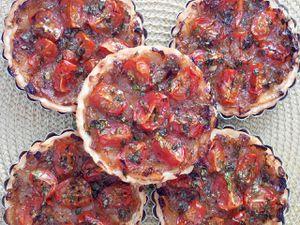 Tartelettes aux chèvre, oignons confits et tomates cerises by Soukaina