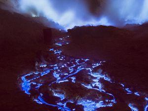 La lave bleue du volcan Kawah Ijen, île de Java, Indonésie