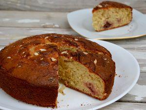 Gâteau au yaourt, fraises et amandes