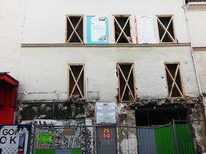 à g. : le 144 rue de Charonne en 2016 &#x3B; à dr. : le 124 rue de Charonne, en pleine réfection en 2016
