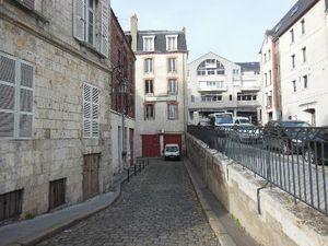 à g. : Vue actuelle de la rue des Hôtelleries. Au fond, les Halles Châtelet &#x3B; à dr. : ce qui fut le 1 rue du Châtelet
