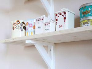 Des étagères dans la cuisine