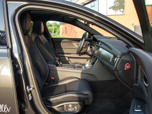 Jaguar XF-S 380 AWD : plutôt paquebot ou hors-bord ?