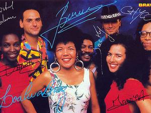 kaoma, un groupe de musique formé d'anciens musiciens de touré kunda et la chanteuse brésilienne loalwa braz