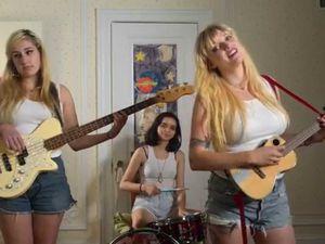 the prettiots, un trio féminin de new-york avec un air d'adolescentes attardées signées chez rough trade