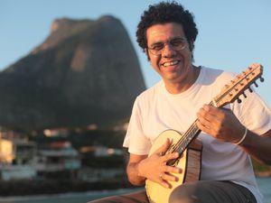 hamilton de holanda, un parolier, instrumentiste, compositeur et arrangeur brésilien, le rénovateur érudit de la mandoline la guitare emblématique du choro brésilien