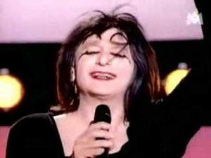 yvette leglaire, spécialisée dans le récital de cabaret parodique et chorégraphié