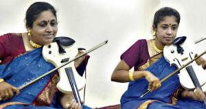 kailamamani dr m lalitha, surnommée par les milieux artistiques de madras &quot&#x3B;la reine du violon&quot&#x3B;, la plus pure tradition carnatique du sud de l'inde