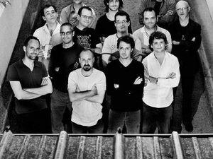 ping machine, un grand ensemble de 15 musiciens dirigé par fred maurin jouant des compositions musicales exigeantes