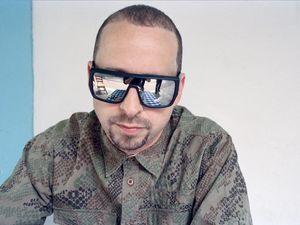 kode9, de son vrai nom steve goodman est un dj londonien, artiste, producteur de musique électronique et propriétaire du label hyperdub