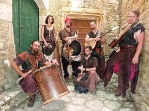 les compagnons du gras jambon, l'histoire de 6 musiciens et une jongleuse pour un répertoire musical s'étendant du XIIème siècle au XVIème siècle