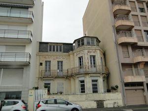 """La mairie veut protéger le patrimoine sablais comme cette """"villa"""" de style sur le remblai près des Atlantes encastrée entre deux immeubles (photo de droite)"""