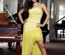 Se coucher sur le piano mâle - le piano à queue... Lola Astanova. Fétichisme des chaussures. Elle aurait du poser pour les magazines Lui et Play-Boy !