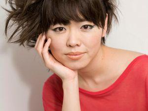 """Hiromi : ses vêtements, coiffures, nails, and so on. Mise en scène pour la scène. De bon goût. Hystérie positive mais - """"Me vois-tu ?"""" - """"Regarde-moi !"""" comme un appel permanent."""