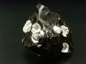 Obsidienne de l'Oregon - à gauche, obsidienne de Little Glass Butte / photo Geochemical research - à droite, obsidienne et cristobalite / photo Carion minéraux.