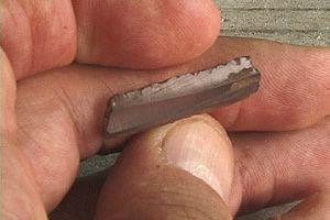 A gauche, Un fragment de lame prismatique en obsidienne provenant du site maya de Chunchucmil - photo P.C.Hixhon  - à droite, Poignard sacrificiel à manche serpentiforme en obsidienne arc-en-ciel du Mexique (26,5 x 4 cm)  - doc.Crearcheo