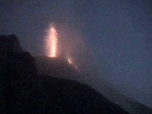 Stromboli - le 22.06.2014 - à gauche, à 15h28 / webcam thermique INGV - à droite, à 19h06 / webcam INGV - un clic pour agrandir.