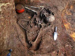 A gauche, présentation de la sépulture par l'archéologue Japonais Akira Ichikawa - photo KPMR News - à droite, fouilles - photo AFP / Chinapost