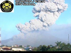 Sinabung - two images of the webcam 09/10/2014, 6:38 ET 10:24 respectively - one click to enlarge - doc. VSI