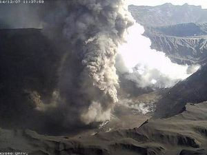 Aso - Nakadake crater  - left, the 07.12.2014 / 11:37 - right, on 12.09.2014 / 12:18 - photos webcam Kyoto University - one click to enlarge
