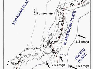 A gauche, localisation de l'Azuma parmi les nombreux volcans Nippons - doc. USGS / Lyn Topinka - à droite, tectonique de l'arc volcanique Nippon - doc. Andrew James Martin & al. réf en sources - un clic pour agrandir.