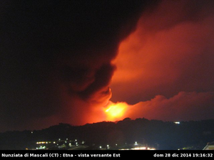 Etna - l'éruption et son panachede cendres, respectivement à 19h16 et 19h36 - un clic pour agrandir - photos webcam_nunziata.php