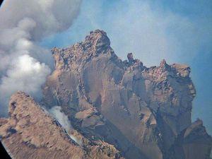 L'épine de lave du Sinabung - un clic pour agrandir - photos 18.01.2015 via Twitter / Leopold adam