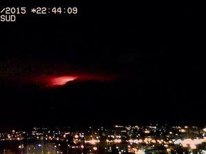 A gauche, lueurs sur les nuages à 21h58 par la webcam Telegrapho Vecchio - à droite, à 22h44 - photo Etna Sud - un clic pour agrandir