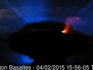 La Fournaise  - The first visible signs of the eruption of 02.04.2015 on webcams: left, webcam Piton de Bert, glow to the top left corner at 2:14 p.m. - right, webcam Piton basalts at 3:56 p.m. - a click to enlarge - source OVPF