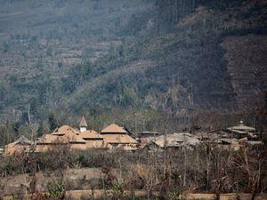 Le village de Suka Meriah : à gauche, le 18.02.2015 après la coulée pyrolastique - photo Sadrah Peranginangin - à droite, le même village un an plus tôt - photo Pierre Quiqueré / Kapt. Krokette - un clic pour agrandir