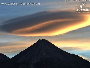 Colima - left, lenticular cloud on March 25, 2015 / 6:58 - right, explosion on March 26 at 11:26 - a click to enlarge - photos webcamsdemexico