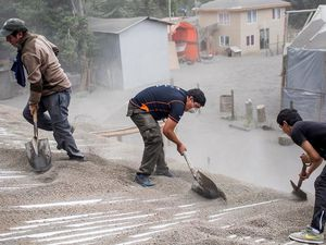 On the left, clearing of roofs to Ensenada 04.23.2015 - Photo-Pablo Sanhueza Gutierrez / AP / weather.comnews - right, the roof of a restaurant collapsed under the weight of ash to Puerto Varas- Photo-Luis Hidalgo / AP /weather.comnews